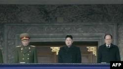 Nhà lãnh đạo mới của Bắc Triều Tiên Kim Jong-un (giữa) ông Kim Jong-nam (phải), quốc trưởng, và Ri Yong-ho, Tổng Tham mưu trưởng quân đội