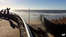Perbatasan antara kota San Diego, AS dan kota Tijuana, Meksiko (foto: dok). Pembangunan tembok di perbatasan AS-Meksiko menjadi prioritas Presiden Donald Trump.