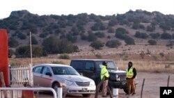 Des agents de sécurité se tiennent à l'entrée du plateau de tournage du film Rust durant lequel la directrice de la photographie a été tuée, à l'extérieur de Santa Fe, Nouveau-Mexique, le 22 octobre 2021.