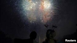 ၂၀၁၈ ခုႏွစ္က က်င္းပခဲ့တဲ့ အေမရိကန္လြတ္လပ္ေရးေန႔ အထိမ္းအမွတ္ မီး႐ွဴးမီးပန္း ပစ္ေဖာက္မႈကို ၾကည့္႐ႈေနသူအခ်ဳိ႕။ (ဇူလုိင္ ၄၊ ၂၀၁၈)