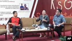 Adven Sarbani dan Khanis Suvianita dalam diskusi mengenai dampak hoax, di Kampus Universitas Surabaya. (Foto:VOA/Petrus Riski)
