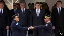El presidente de Honduras, Juan Orlando Hernández, al centro en la segunda fila, observa la transferencia de comando en la Policía Nacional, del general Félix Villanueva (der.) a José David Aguilar Morán (izq.). Tegucigalpa, enero 15 de 2018.