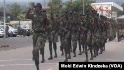 Abasirikare ba Kameruni mu myimenyerezo ya defile i Buea, mu bumanuko bushira uburengero bwa kameruni, Itariki 18/05/2018.