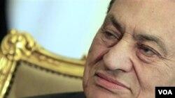 Hosni Mubarak di istana kepresidenannya di Kairo, awal pekan ini. Wapres Mesir Omar Suleiman mengumumkan pengunduran diri Mubarak, Jumat (2/11).