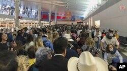 Passageiros no aerporto inernacional de Dallas, Texas