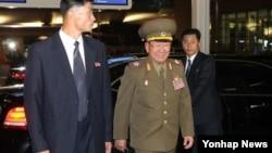 북한의 황병서 군 총정치국장(가운데)이 4일 인천 아시안게임 폐막식에 참석한 뒤 인천국제공항을 통해 북한으로 돌아가고 있다.