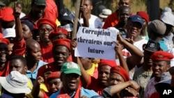 Ảnh tư liệu cho thấy người dân Châu Phi biểu tình yêu cầu chấm dứt tham nhũng ở Pretoria, Nam Phi, ngày 30/9/2015.