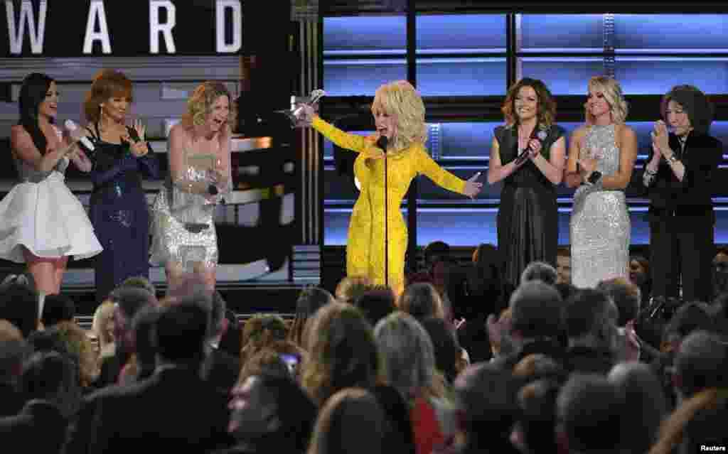 តារាចម្រៀងអ្នកស្រី Dolly Parton ទទួលពានរង្វាន់ Lifetime Achievement Award នៅឯពិធីប្រគល់ពានរង្វាន់ Annual Country Music Association Awards លើកទី ៥០ នៅក្រុង Nashville រដ្ឋ Tennessee កាលពីថ្ងៃទី០២ ខែវិច្ឆិកា ឆ្នាំ២០១៦។