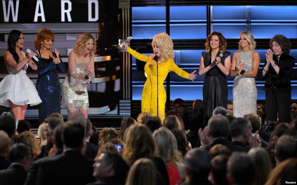 """Dolly Parton 50-ci Kantri Musiqisi festivalında """"Lifetime Achievement Award"""" mükafatını qəbul edir. Naşvill, Tennessi."""