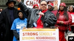 Karen Lewis (tengah), Presiden Serikat Guru Chicago, berpidato dalam demonstrasi melawan rencana penutupan 54 sekolah negeri di kota tersebut. (AP/Charles Rex Arbogast)