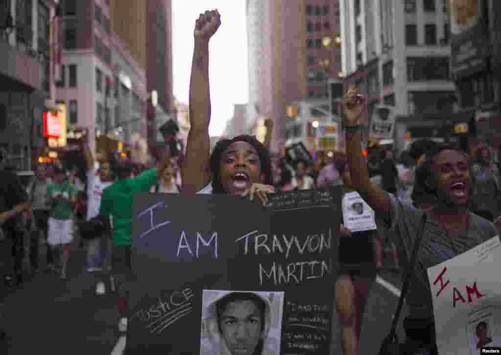 Nyu Yorkun İttifaq meydanında qadın Treyvon Martin üçün ədalət tələbi ilə şüar qışqırır. Nyu York, 14 iyul, 2013.