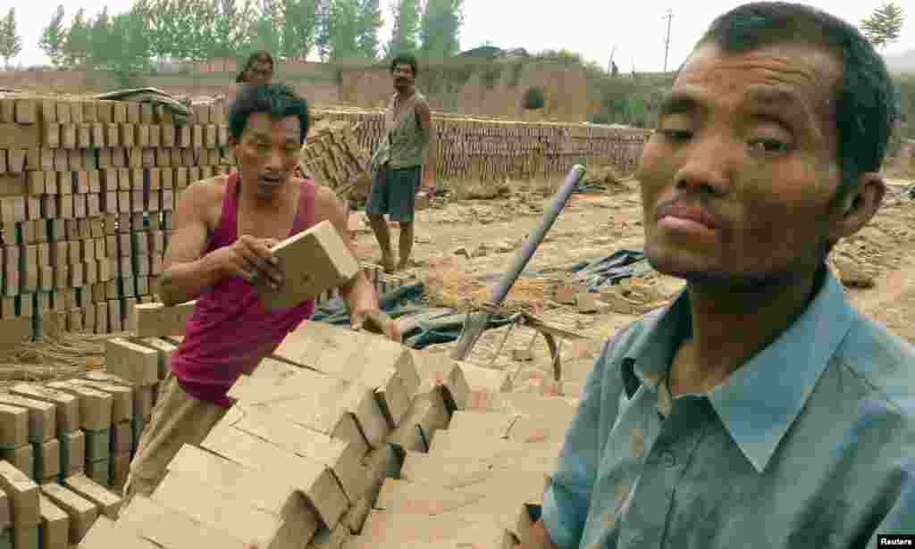 China: trabalhadores escravos de um forno de tijolos em Henan.