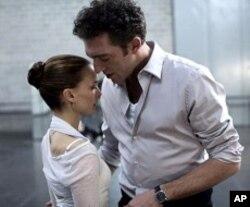 L-R Natalie Portman and Vincent Cassel in BLACK SWAN.