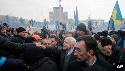 Джон Маккейн в Киеве. (Архивное фото)