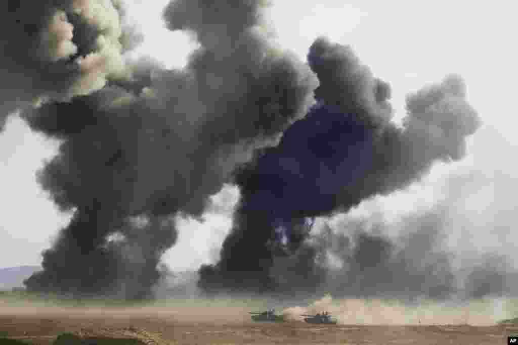 Kendaraan tank tentara Rusia selama latihan militer di pantai Laut Hitam, Krimea. Latihan yang dimulai di seluruh Rusia bagian selatan dan Krimea awal minggu ini melibatkan lebih dari 120.000 tentara adalah salah satu latihan terbesar yang diselenggarakan Rusia yang telah berlangsung selama bertahun-tahun.