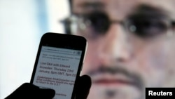 Một người đàn ông đọc các thông tin cập nhật về Edward Snowden trên điện thoại ở Sarajevo, 23/1/2014