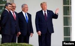 特朗普总统与以色列总理内塔尼亚胡、阿联酋外长阿卜杜拉·本·扎耶德和巴林外长阿卜杜勒·拉蒂夫·扎耶尼在签字仪式前站在白宫西翼外。