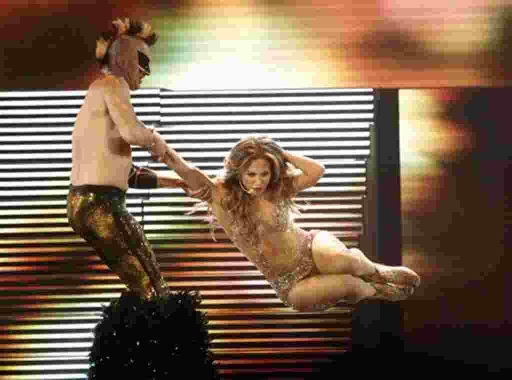 Jennifer Lopez dyrante su presentación en el escenario de los American Music Awards, en LA.