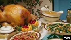 Warga Amerika merayakan Hari Bersyukur dengan menyantap hidangan berupa kalkun panggang dan makanan-makanan pendampingnya.