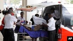 Wafanyakazi wa kutoa msaada wakihudumia majeruhi katika shambulizi la Mandera huko Kenya