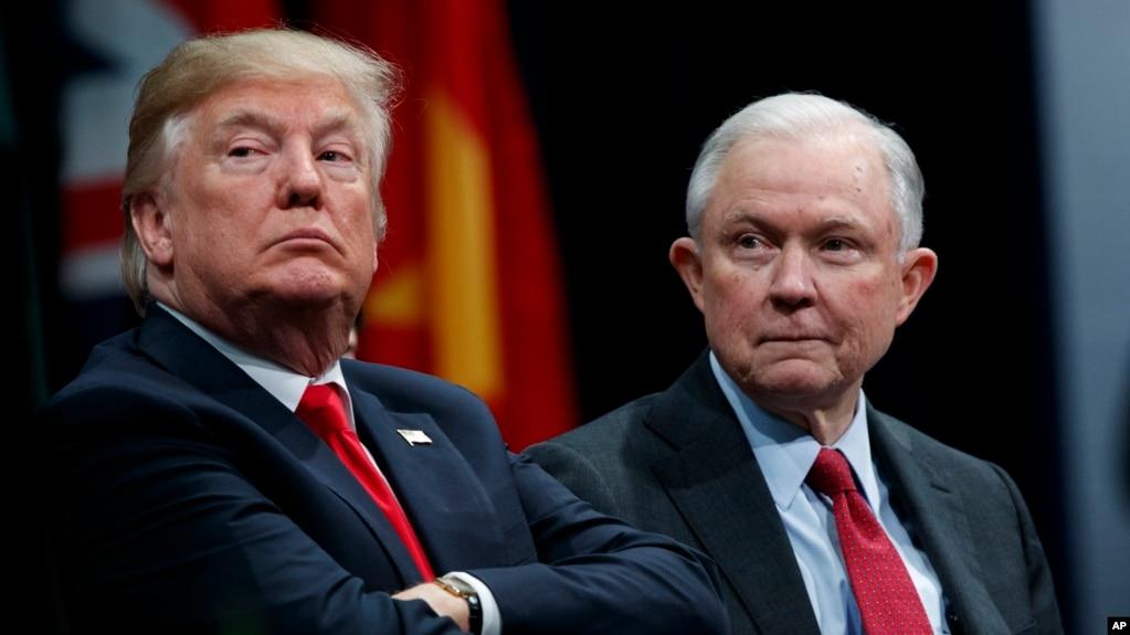 Tổng thống Donald Trump đã nhiều lần công kích Bộ trưởng Tư pháp Jeff Sessions vì ông Sessions đã rút khỏi cuộc điều tra về sự can thiệp của Nga trong chiến dịch tranh cử tổng thống Mỹ năm 2016.