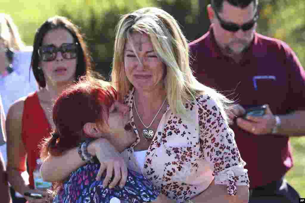 Des parents d'élèves attendent des nouvelles de leurs proches au lycée Marjory Stoneman Douglas de Parkland, Floride, le 14 février 2018
