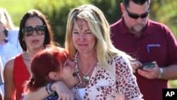Para orang tua siswa SMA Marjory Stoneman Douglas di Florida menunggu berita tentang penembakan di sekolah tersebut, Rabu, 14 Februari 2018.