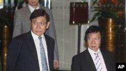 商界大亨郭炳江及郭炳联兄弟二人4月3日走出在香港的新鸿基地产集团总部