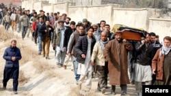 مردم کابل جنازه یکی از کشته شدگان انفجار اخیر را برای دفن حمل می کنند.