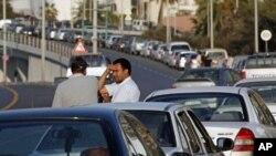 利比亚后卡扎菲时代正在规划中。图为利比亚的汽车司机在的黎波里排长队等待加油时互相交谈。