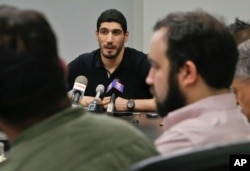 来自土耳其的美国NBA球员坎特在纽约举行记者会,谈论他因土耳其护照被吊销后在罗马尼亚布加勒斯特的机场被拘留的经历。(2017年5月22日)