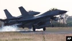 台湾嘉义空军基地的F-16战机。(资料照)