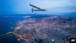 Solar Impulse 2 survole San Francisco , le samedi 23 avril, 2016.