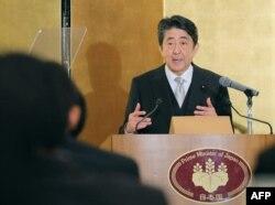 아베 신조 일본 총리가 4일 미에현 이세시의 이세신궁을 참배한 뒤 현지에서 신년기자회견을 열었다.