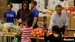 美國總統奧巴馬和家人在聖誕節前一天,按照傳統,到首都華盛頓的一個食品庫擔任義工。