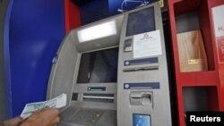 Burma masih sangat sedikit memiliki mesin ATM dan selama ini melarang penggunaan kartu kredit (foto: dok).