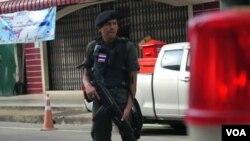 泰国军人在泰国南部的街上巡逻(网页截屏)