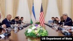 Госсекретарь Джон Керри беседует с президентом Узбекистана Исламом Каримовым. Самарканд, Узбекистан. 1 ноября 2015 г.