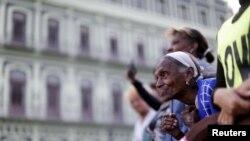 زن کیوبایی که منتظر آمدن بارک اوباما در هاوانا است.