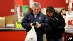El gasto de los consumidores en EE.UU. contribuye al 70 por ciento de la economía nacional.