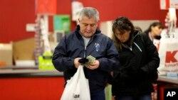 Los consumidores gastaron más y las empresas invirtieron más en el segundo trimestre del año.