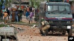 بعض مقامات پر پولیس سے مظاہرین کی جھڑپ بھی ہوئی