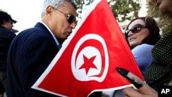 突尼斯人前往投票。