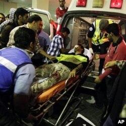 一名受伤的巴林什叶派抗议者在被防暴警察攻击后送往医院