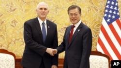 지난 8일 평창 동계올림픽 개막식 참석을 위해 한국을 방문한 마이크 펜스 미국 부통령(왼쪽)이 청와대에서 문재인 한국 대통령과 만남을 가졌다.