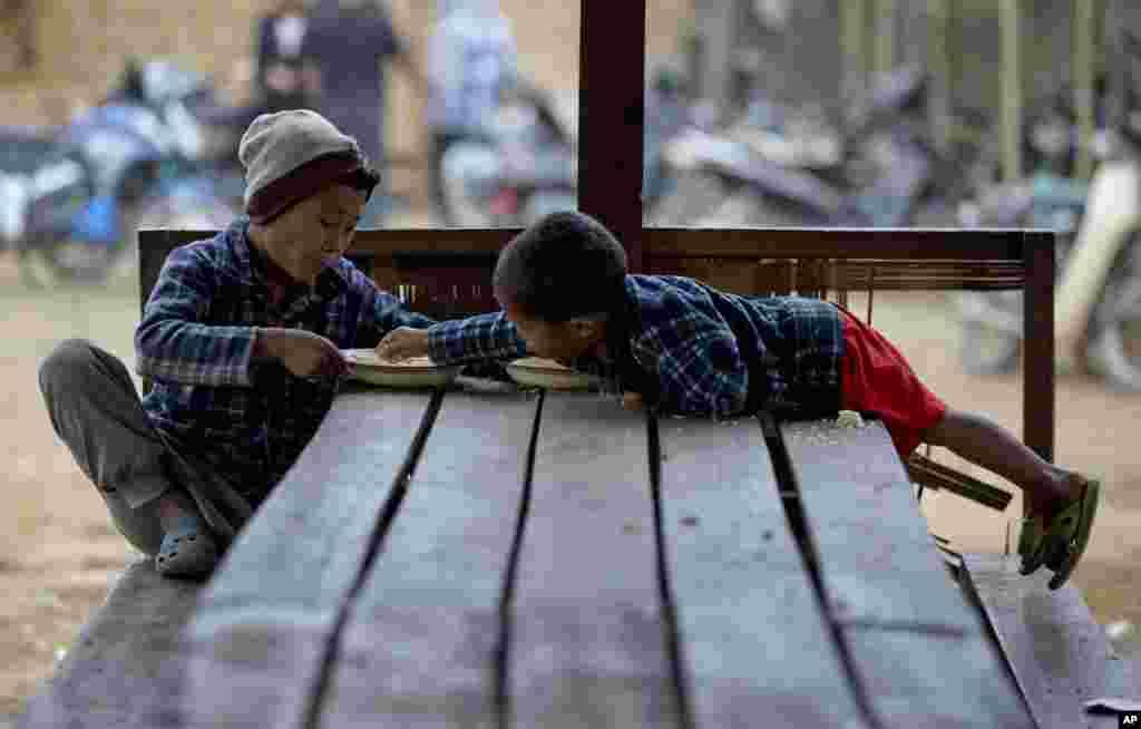 Các em bé sắc tộc Kachin tại trại dành cho những người phải dời cư bên trong Miến Điện. Trại này nằm ở Myitkyina, phía bắc bang Kachin.