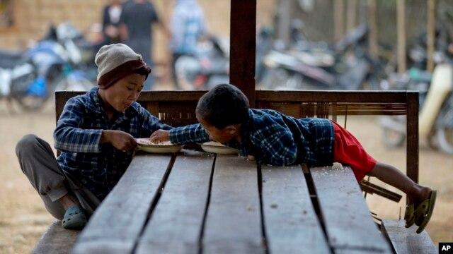 Trẻ em sắc tộc Kachin tại một trại dành cho người thất tán ở  Myitkyina, phía bắc tiểu bang Kachin, Miến Điện, ngày 13/2/2013.