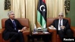 20일 리비아를 방문한 윌리엄 번스 미 국무부 부장관과 무스타파 아부 샤구르 리비아 총리.