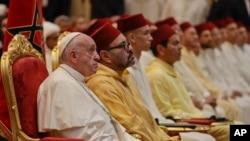 Francisco e o rei Mohamed VI numa cerimónia católica em Rabat