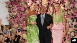 Oscar de la Renta saluda junto a las modelos Karlie Kloss (izquierda) y Daria Strokous, tras la presentación de su colección de Primavera 2015 en Nueva York.